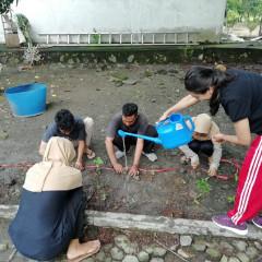 Salah satu dari serangkaian kegiatan Greenery and Healthy yaitu menanam tanaman di Kampus C UISI