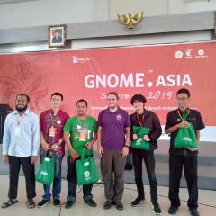 Neil McGoven, tiga dari kanan, selaku keynote speaker dalam GNOME.Asia Summit 2019