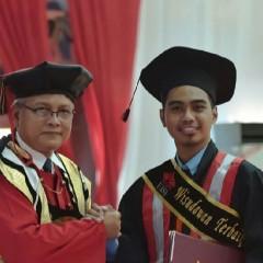 Potret Rafi saat diberikan penghargaan oleh Dr. Ing. Herman Sasongko selaku Rektor UISI.