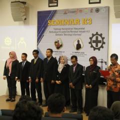 Pelantikan 7 calon pengurus asosiasi K3 Kabupaten Gresik di depan Panggung Auditorium Kampus B UISI