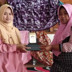 Serah terima plakat UISI dari Ngatini  terhadap Iswatunnajwa, anggota Batik Tehnik Center