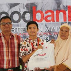 Pemberian donation bag secara simbolis kepada warga oleh Kahima Manajemen dan Ketupel Foodbank Vol.4