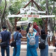 Siswa SMA N 1 Tuban berfoto di taman eks penambangan