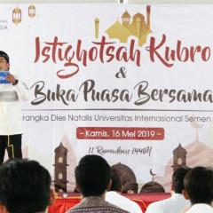 Pembawa acara istighosah kubro dan buka bersama keluarga besar UISI menyapa hadirin.