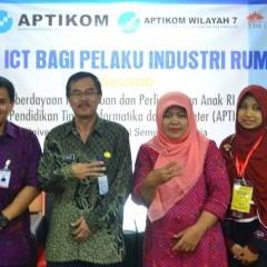 Foto bersama perwakilan pelaku industri rumah tangga dengan didampingi tiga dosen Teknik Informatika