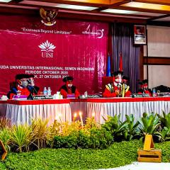 prosesi sidang senat terbuka dalam kegiatan Wisuda UISI ke-4