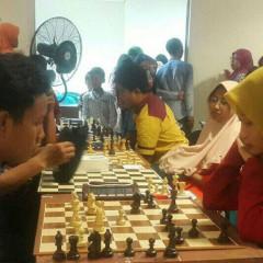 Nurmalinda Toyyiba (kanan) saat mengikuti lomba catur se-kabupaten Lamongan.