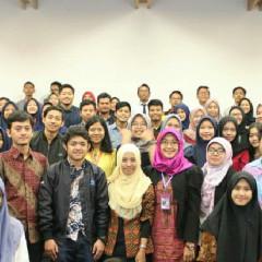 Foto bersama pemateri dengan para peserta Open Talk