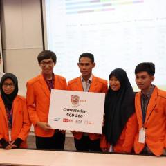 Tim Lucky menerima penghargaan setelah berhasil meraih peringkat lima.