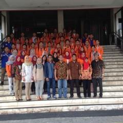 Pengambilan gambar mahasiswa Teknik Logistik UISI 2015 dengan para jajaran penting PT SILOG