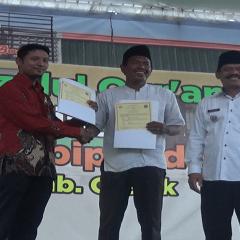 Penyerahan MoU oleh Ahmad Dahlan Malik, B. A. (Hons)., M. Ec., kepada Kepala Desa Sambipondok Mashud