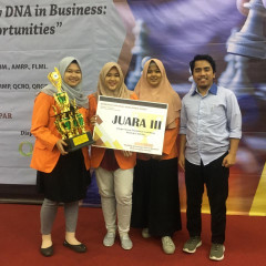 Ekspresi bahagia pemenan dan dosen pembimbing Kompetisi Manajemen Risiko 2019