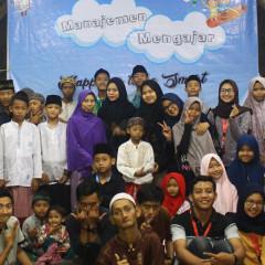 Tim panitia bersama anak-anak Pondok Pesantren Salafiyyah Nurul 'Ulum