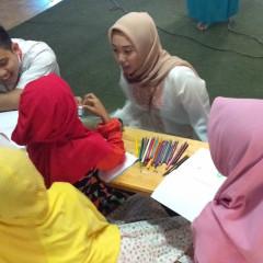 Potrait staff Hublu Himateklog yang sedang mendampingi adik di Panti Asuhan Nurul Ulum menggambar