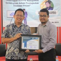 Pemberian sertifikat narasumber untuk Sigit Iko Sugondo