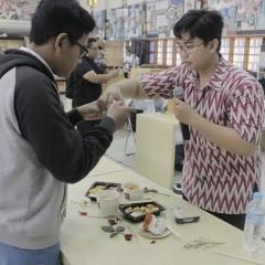 Henny Susilowati mengajari peserta mengambil foto makanan