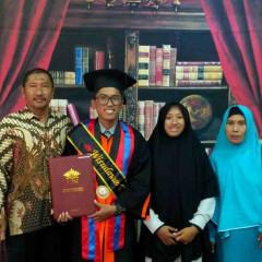 Senyum bahagia Abu Rizal Arifiansyah bersama keluarga