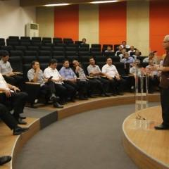 Auditorium Kampus B UISI, Prof. Herman Sasongko (rektor UISI) di podium sebelah kanan.