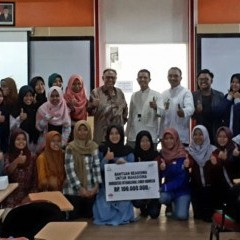 Penerima beasiswa UISI bersama pihak LAZNAS BSM