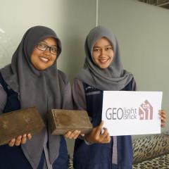 Yudha Maylinda C (2015) dan Dyah Ayu Wulandari (2015) menunjukkan produk geolight brick