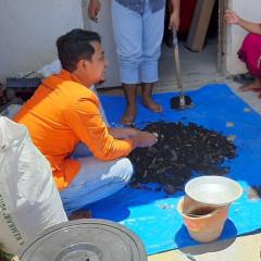 Lanang Pangestu, sebagai tim PHP2D HIMATRIAN melakukan demonstrasi pembuatan pupuk kompos pada warga