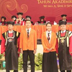 Ketua Semen Indoneisa Foundation (kiri) dan Rektor UISI (kanan) bersama maba UISI angkatan keempat