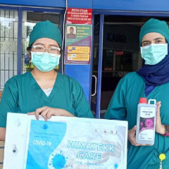 Potret penyaluran donasi kepada pihak RSUD Dr. SOETOMO Surabaya, berupa 14 Liter Handsanitizer.