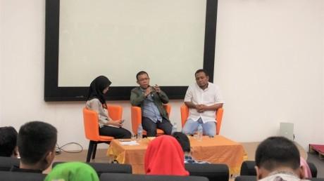 Bapak Masinton Pasaribu, S.H sedang menyampaikan materi seminar kepemudaan BEM