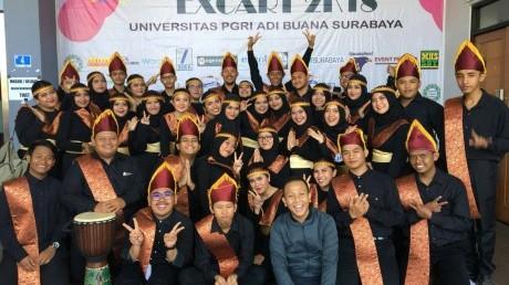 Tim PSM UISI mengenakan kostum baju adat Sumatera Utara.