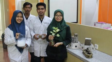 Ufafa memberikan instruksi pada mahasiswa untuk mengukur larutan Natrium Hidroksida
