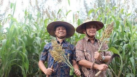Dr.Hending Winarno, Deputi Pendayagunaan Nuklir (kiri) dan Prof. Dr.Ing Herman Sasongko (kanan)