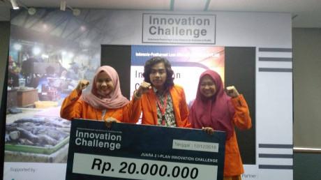 Ekspresi bahagia (dari kiri) Imroatul, Fauzan, dan Firda beserta hadiah yang diperoleh