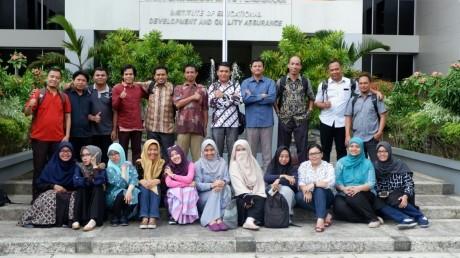 Tikno (atas, kelima dari kiri) bersama para peserta lain program PKBI di Yogyakarta