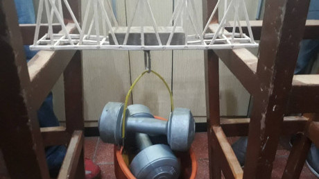Uji pembebanan jembatan kayu balsa karya mahasiswa Manajemen Rekayasa di mata kuliah Mekanika Teknik
