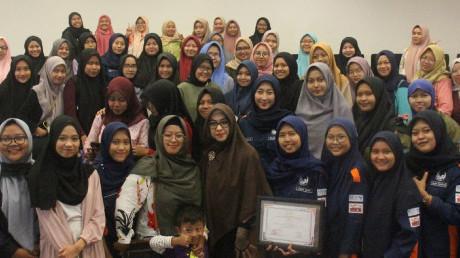 Potret peserta bersama pemateri dr. Shindy Kurnia Putri yang merupakan seorang dokter juga motivator