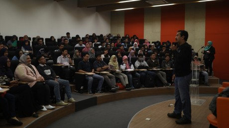 Andi Yudha Asfandiyar, sedang memaparkan materi Kreatifitas di Auditorium UISI