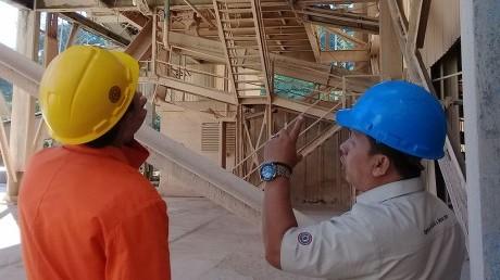 Mahasiswa UISI belajar proses industri secara langsung dengan salah satu karyawan di PT Semen Tonasa
