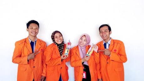 Empat mahasiswa UISI yang menghasilkan produk CAP BESI (Kecap Trembesi)