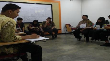 Mahasiswa baru yang ikut berpartisipasi dalam lomba Focus Group Discussion