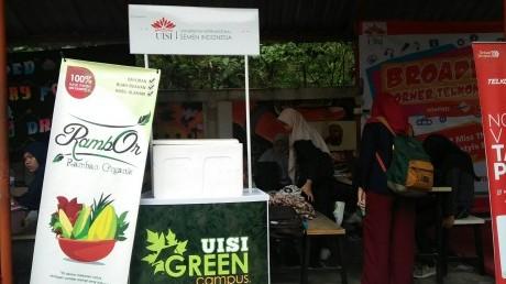 Aksi Penukaran Botol Plastik oleh UISI Green Campus