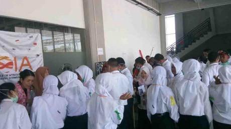 Para mahasiswa baru (SI-6) yang antusias mendatangi setiap stan UKM