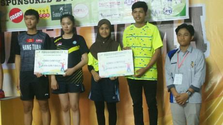 (dua dari kanan) Eko Wahyudi dan Fitria Dwi Andriani berhasil membawa Juara 3 di PERBANAS OPEN