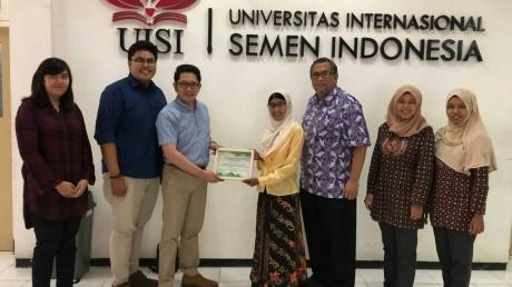 Penyerahan Cindera Mata oleh Oki Anita Candra Dewi, S.T.,M.T. Kepada Telkom University