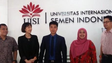 Kent Chai dan Jane Zhang (dua dari kiri), delegasi dari ZheJiang University of Technology