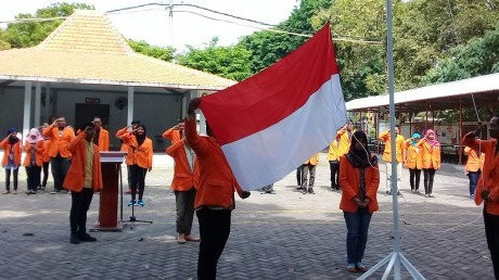Pengibaran Bendera Merah Putih oleh segenap Petugas Upacara Bendera UISI
