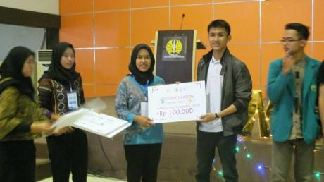 Pemberian hadiah kepada mahasiswa UISI selaku juara harapan dalam ajang Video Competition