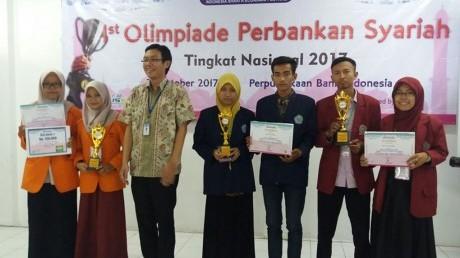 Penerimaan piala di Gedung Perpustakaan Bank Indonesia Surabaya