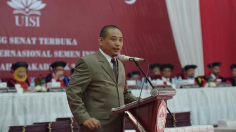 Agung Prasetyo Utomo saat memberikan pesan dan motivasi untuk wisudawan UISI ke-3