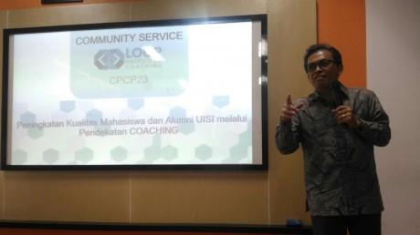 Johan Samudra sedang memaparkan materi coaching ke Mahasiswa dan Alumni UISI