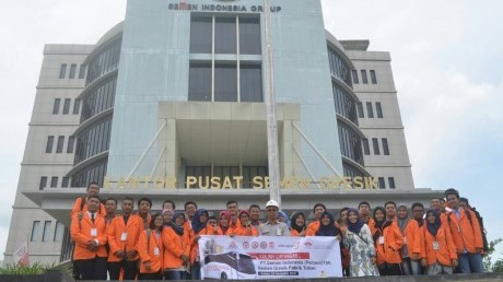 Mahasiswa Manajemen Rekayasa Angaktan 2016 di depan Gedung Utama Pabrik Tuban